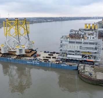 Offshore substation voor het Race Bank windmolenpark verlaat de Antwerpse haven